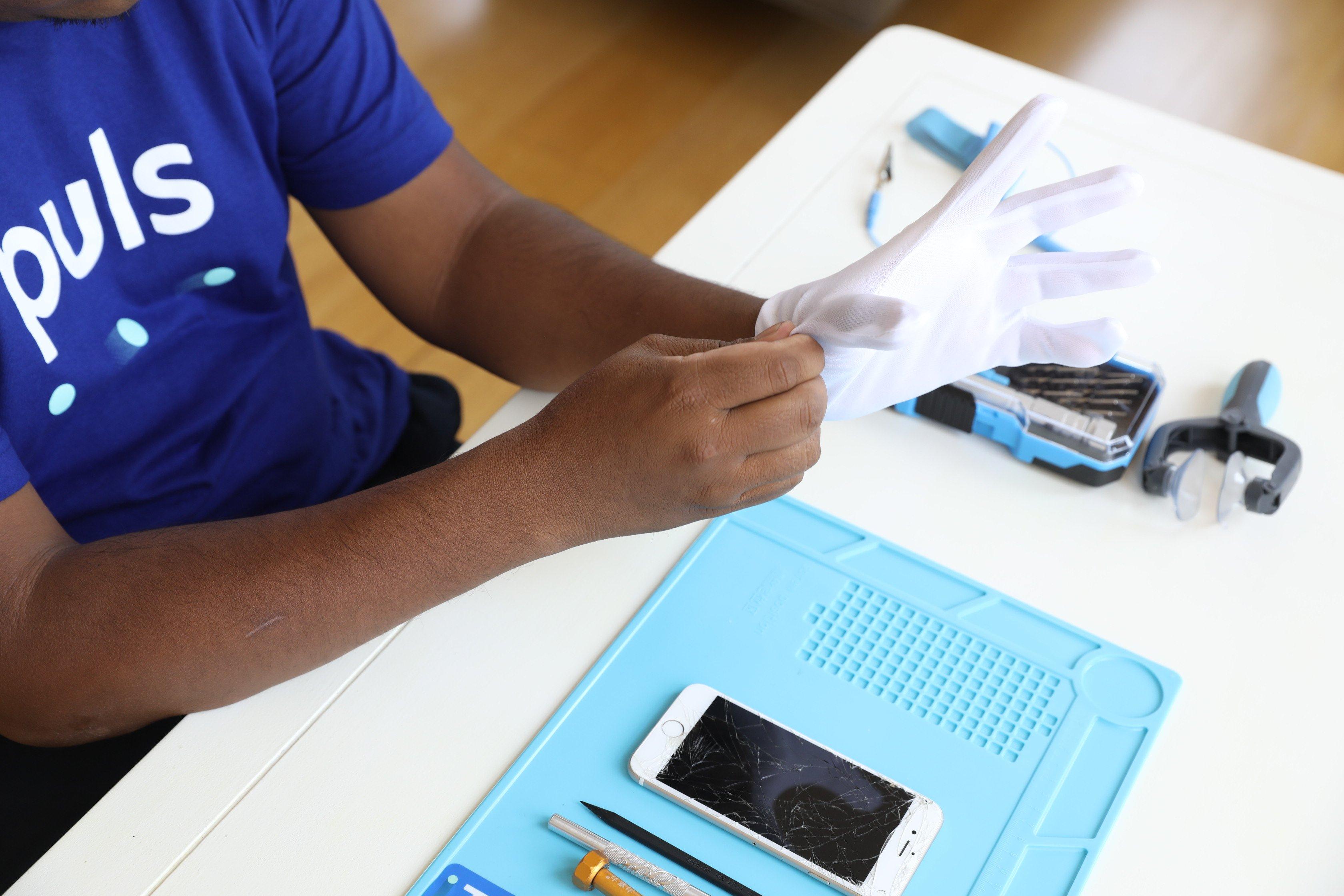 Puls iPhone repair technician