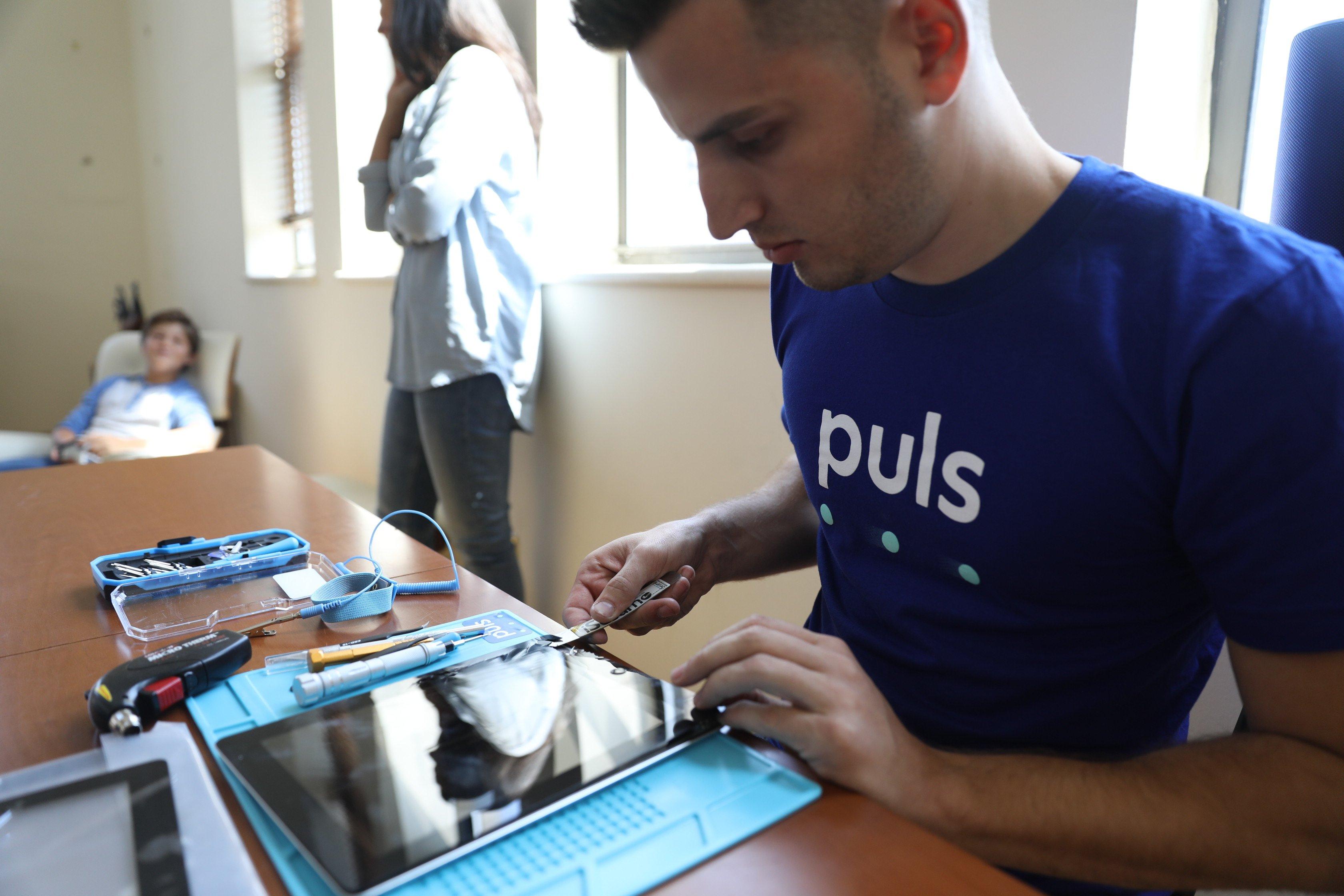 Puls technician repairing iPad