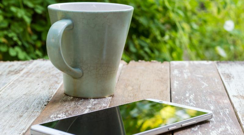 Tasse de café à côté de l'iPhone