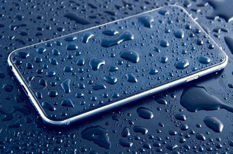 Un iPhone mouillé en détresse.