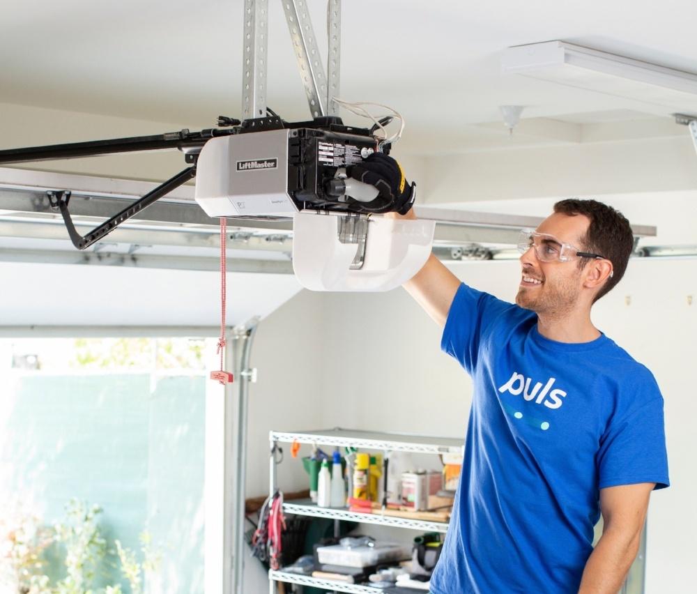 garage door repair Puls technician