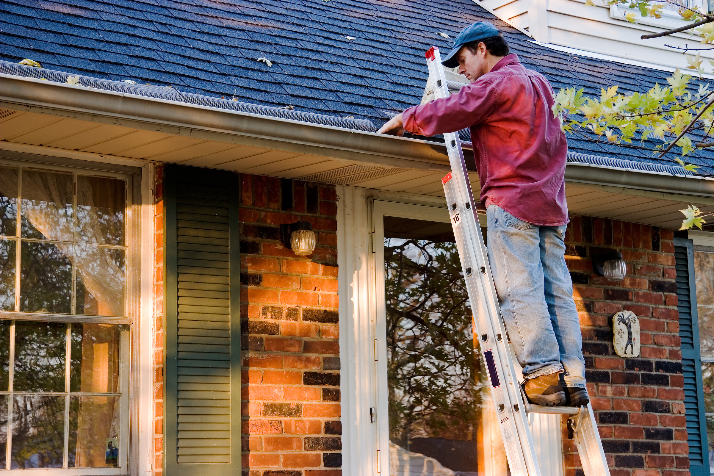 Gutter cleaning near me: how to find a reliable company through an online search