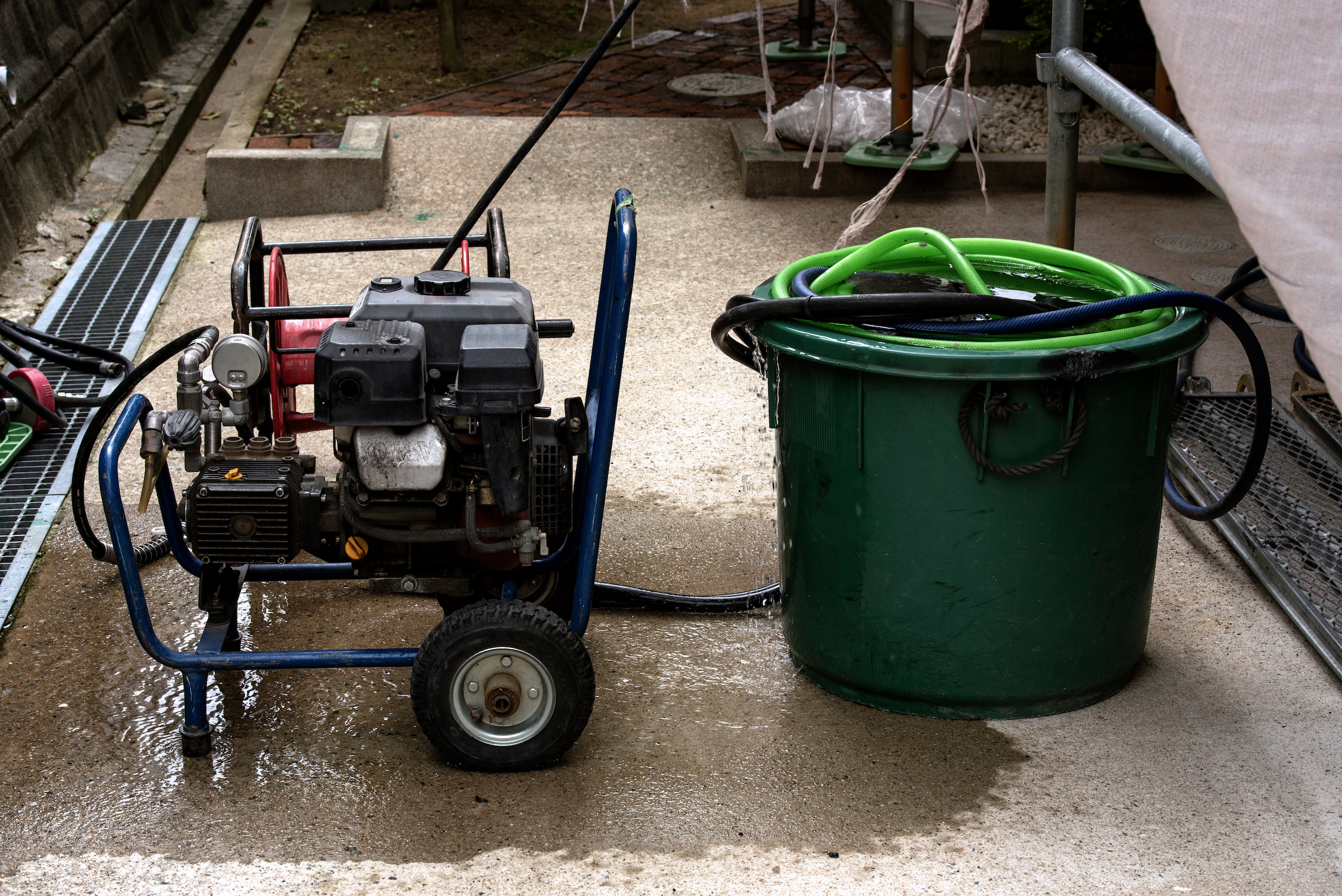 How to pressure wash a house: should you use a gas or electric pressure washer?