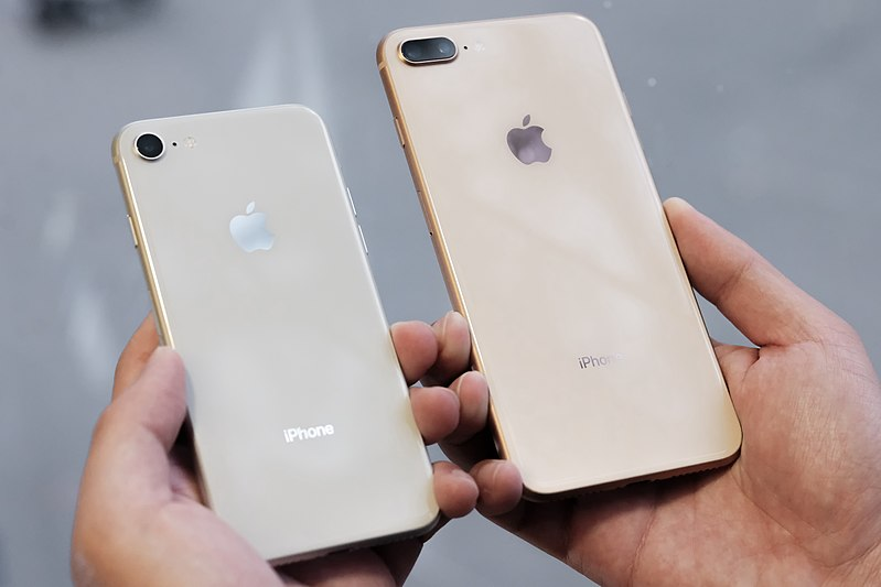 800px-IPhone_8_silver_and_iPhone_8_Plus_gold